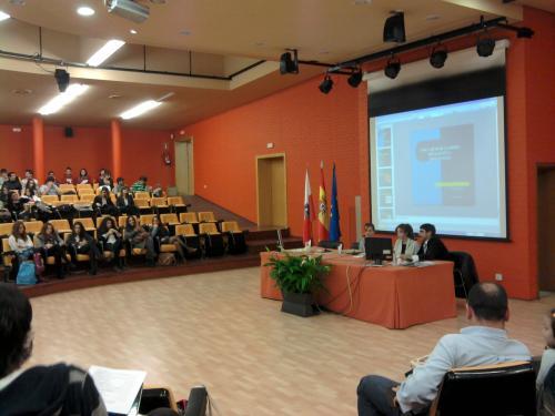 El presidente de APPC Rafael Margallo presentando la ponencia de Marta Álvarez y María Maslanka, alumnas de 1º de ESO